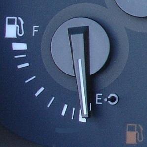 Сколько бензина остается в баке когда загорается лампочка ваз 2110