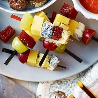 канапе из сыра и винограда