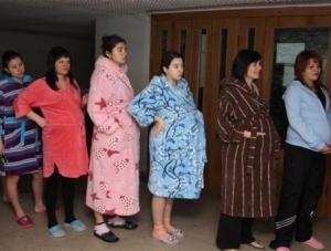3cdfd20b4e24 Если Вам нравятся халаты - берите два. Поскольку после родов будет  некоторое время идти кровь, и послеродовый прокладки могут быстро  наполниться, ...