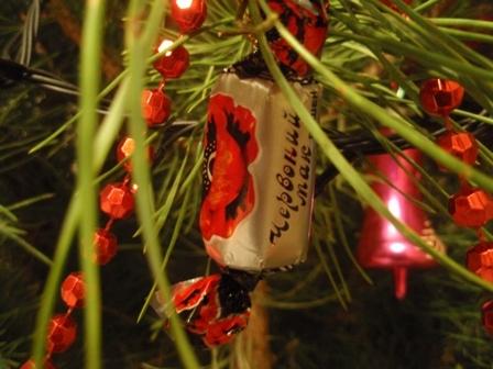 Украшение елки конфетами