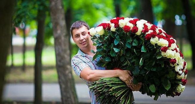 Парень дарить цветы