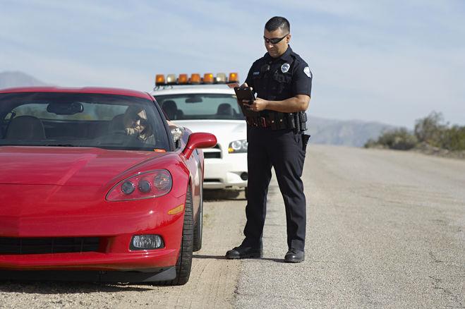 полиция США закон о полиции, Зачем полицейские США касаются рукой багажника остановленного ими автомобиля