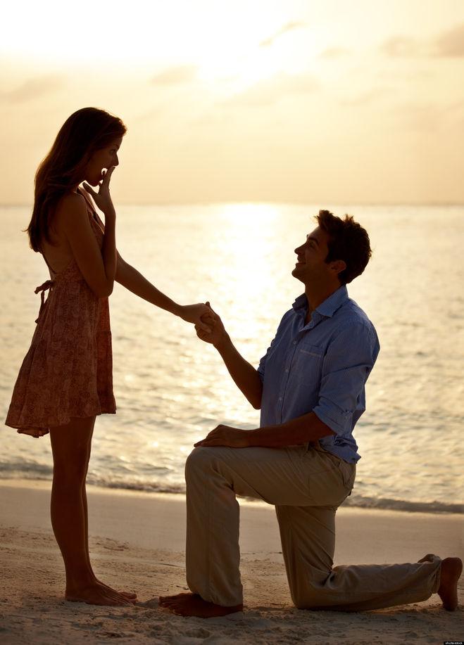 Фото стоящих на коленях перед девушкой