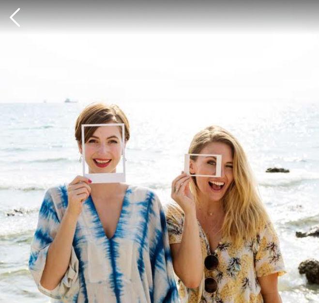 8f3b5f7f74d Игра 94% На картинке две девушки на берегу моря с рамками в руках ...
