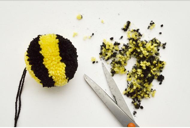 пчела из помпонов своими руками