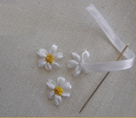 вышивка ромашка лентами