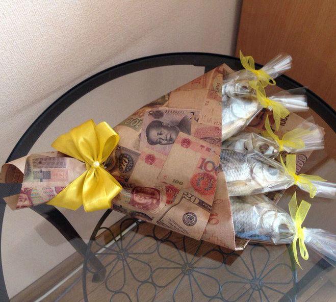 Как сделать букет из сушеной рыбы и газеты