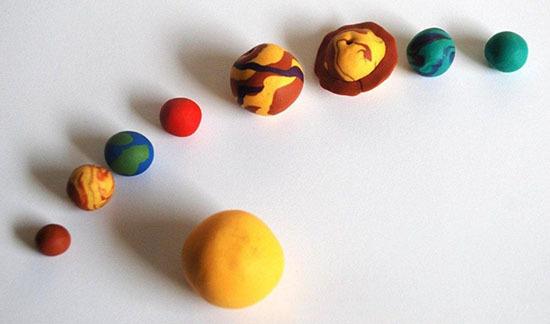 макет солнечной системой вместе с ребенком