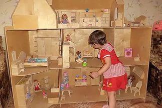 Как сделать домик для куклы Барби своими руками?