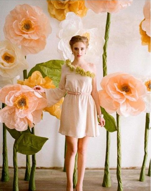 Как делать большие цветы из бумаги для украшения зала