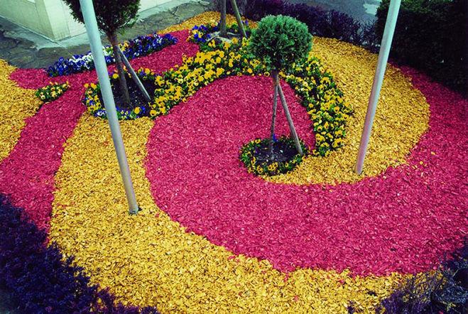 Чем красят щепу, используемую для декорирования газонов?