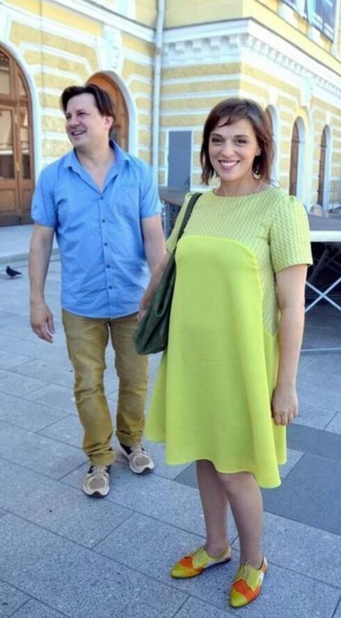 Нелли Уварова (беременная) с семьей: сыном в животике и мужем