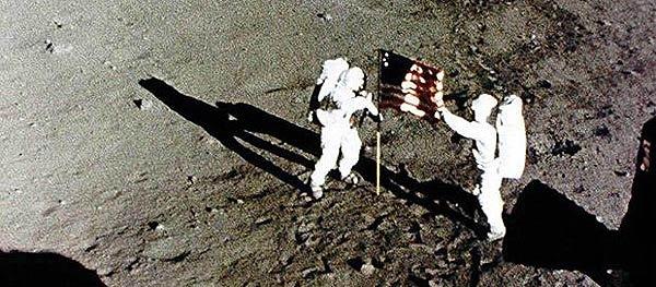 астронавты Нил Армстронг и Эдвин Олдрин
