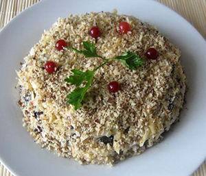 """салат """"Увертюра"""" с грибами и черносливом"""