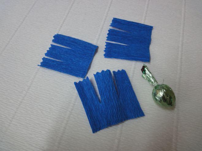Как сделать васильки из гофрированной бумаги с конфетами