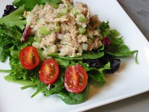 Салат с тунцом консервированным и грибами рецепт 4