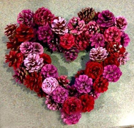 поделка сердце своими руками на день Святого Валентина из шишек венок