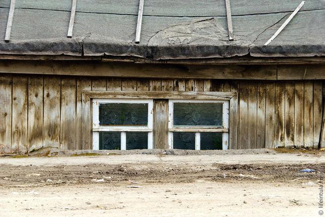 Почему в старых домах окна в земле