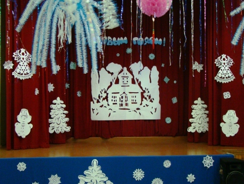 Украшаем актовый зал на новый год