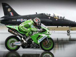 мотоцикл против самолета, что если заправить мотоцикл керосином