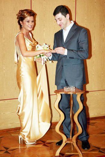 Бородина в свадебном платье в клипе