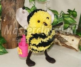 пчелка из помпонов