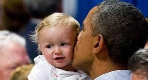 Обама целует ребёнка фото