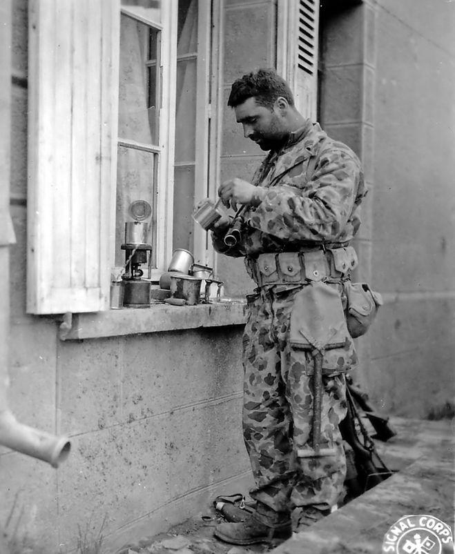 Солдат в камуфляже M1942 Frog Skin
