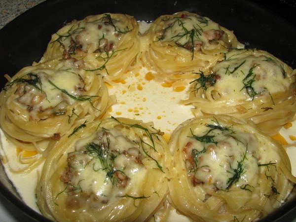 Рецепт макароны гнезда с фаршем в сковороде рецепт