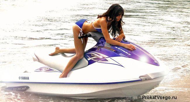 Девушка на водном скутере