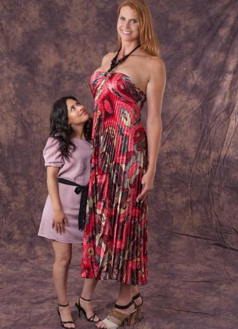 Высокая женщина трахает