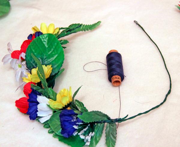 Венок из искусственных цветов на проволоке