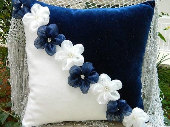Как украсить диванную подушку своими руками