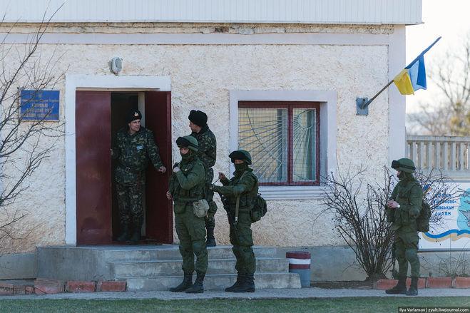 Украинские военные на КПП вместе с армией Самообороны Крыма