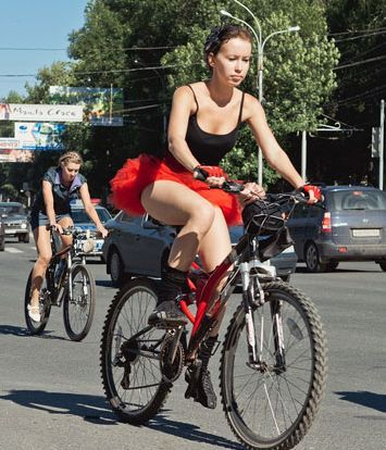 Девушки в мини юбках на велосипеде
