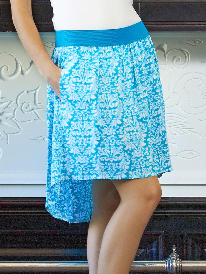 девушка в голубой юбке и белой кофте