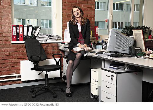 Фото девушки в офисе