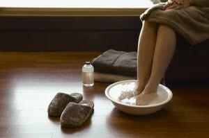 Почему полезно парить ноги при простуде, насморке? Какая связь?