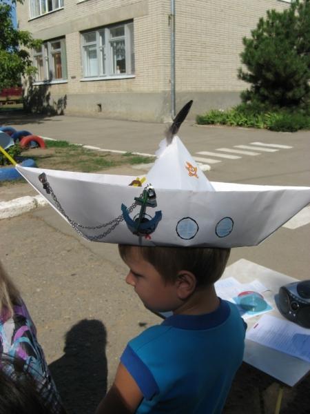 бумажная шляпа