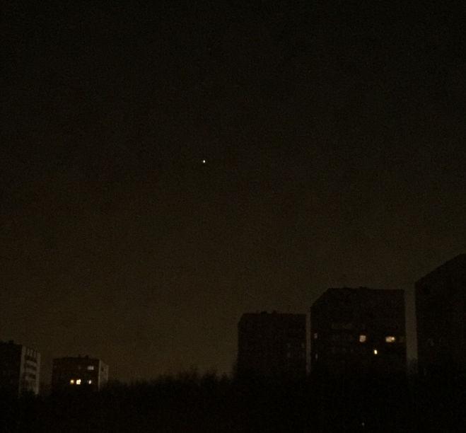Яркая звезда, на юге Москвы была замечена примерно в 2:30 ночи, движется в юго-западном направлении