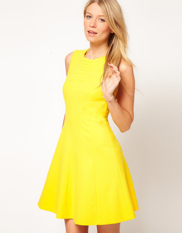 Желтый цвет платья подходит