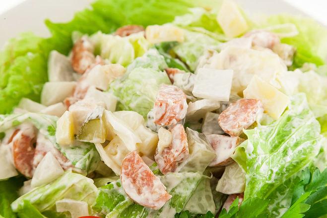Салат с солеными огурцами и картофелем и яйцами