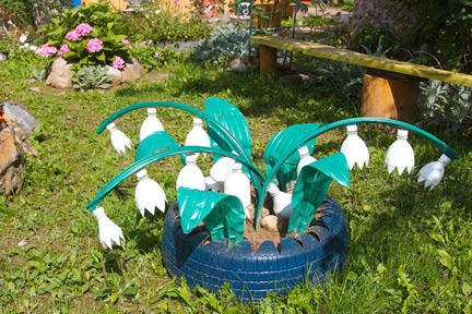 Украшения в саду своими руками из пластиковых бутылок
