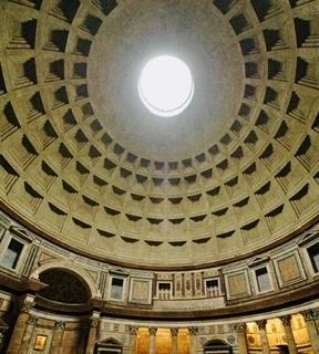 Что находится в верхней точке купола римского Пантеона?