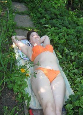 Загнулась раком в купальнике на огороде фото 1 фотография