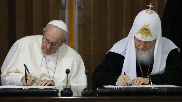 патриарх Кирилл и папа римский Франциск подписывают совместную резолюцию