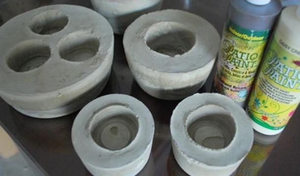 можно сделать из пустых стаканчиков от йогурта подсвечники