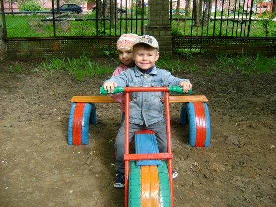 Мотоциклы на детской площадке 4