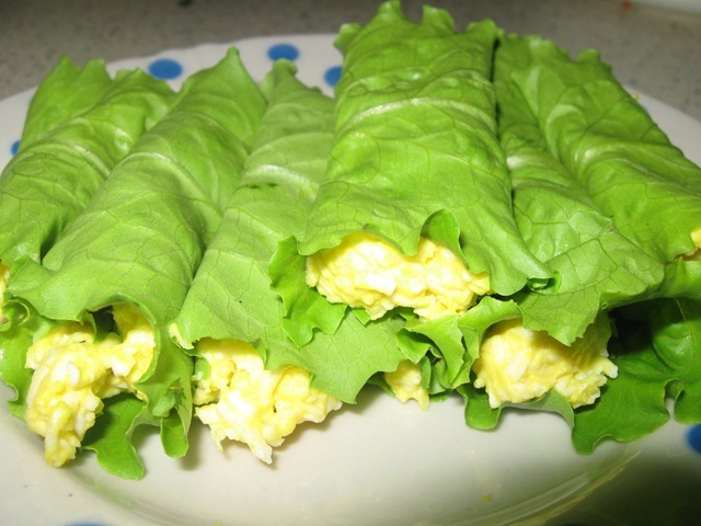 Блюда на листьях салата