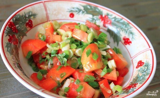 Салат из зеленых помидор с луком и чесноком